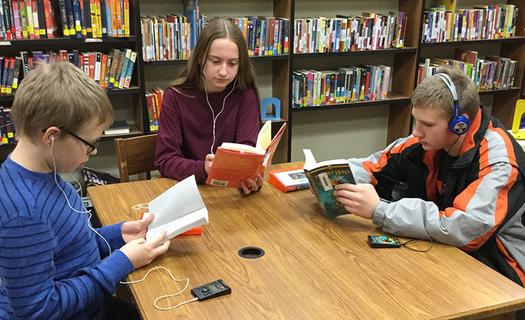 loder students reading in library